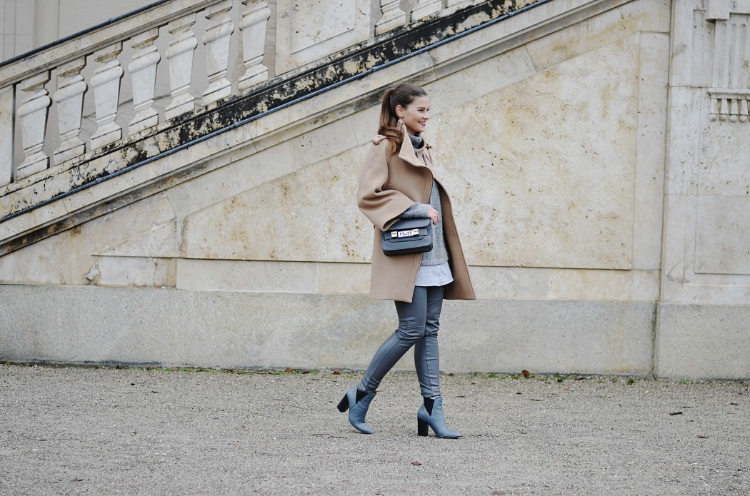 Fashionbloggermünchen-fashionblogger-blogger-fashionblog-münchen-munich-fashion-outfit-mode-style-streetstyle-bloggerstreetstyle-fashiioncarpet-fashiioncarpet-look-ootd-fashionblogdeutschland-deutscherfashionblogger-fashionbloggergermany-germanblogger-fashionbloggerdeutschland-deutschland-fashionblogger -proenzaschoueler-proenzaschoulerps11mini-proenzaschouler-proenzaschoulerps11- proenzaschoueler-proenzaschoulerps11mini-proenzaschouler-proenzaschoulerps11-lederhose-lederimitathose-zaramantel-camelcoat-camelmantel-camel-beigemantel-mantelbeige-asos-stiefelettengrau-stiefeletten