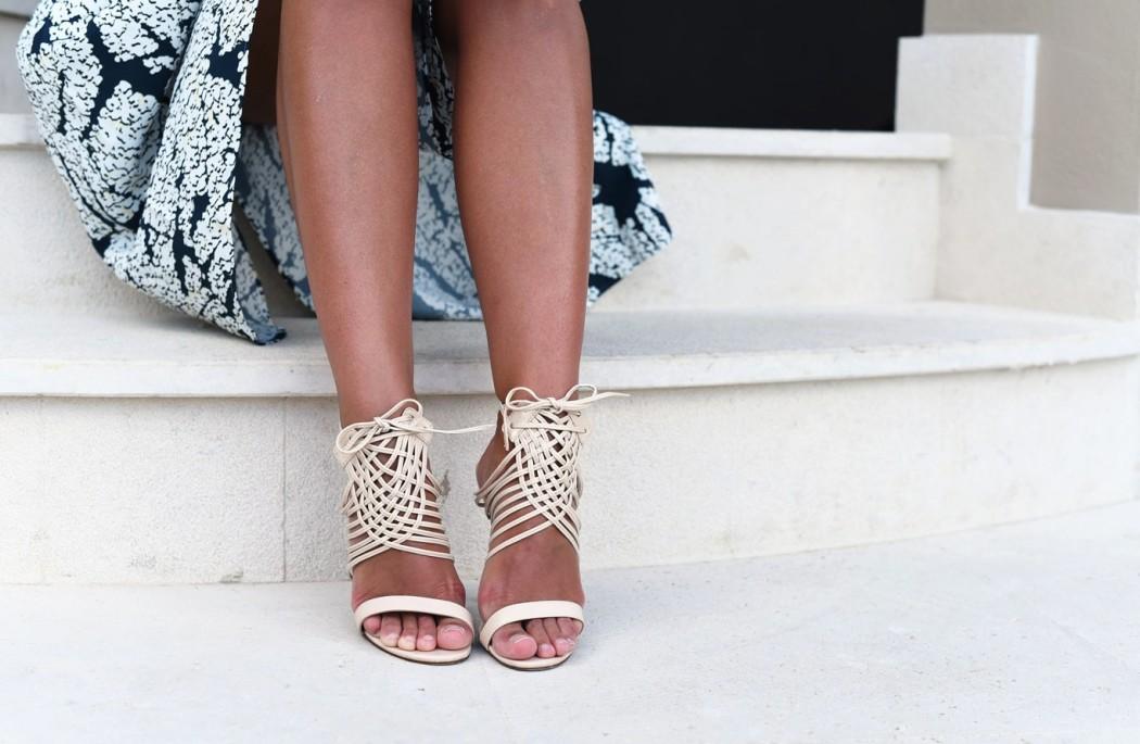 riemchen-sandalen-beige-zum-kleid-kombinieren-nina-fashiioncarpet