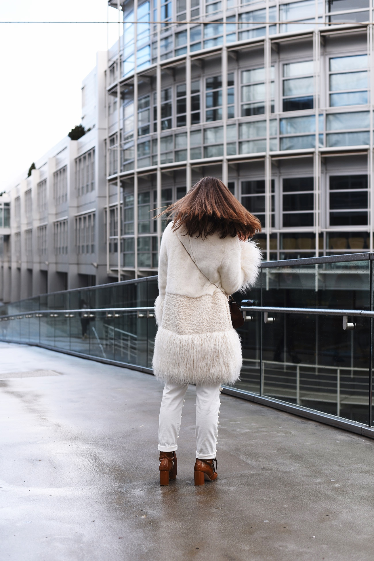ermanno-ermanno-scervino-mantel-aus-knustpelz-fake-fur-coat-white-fashiioncarpet