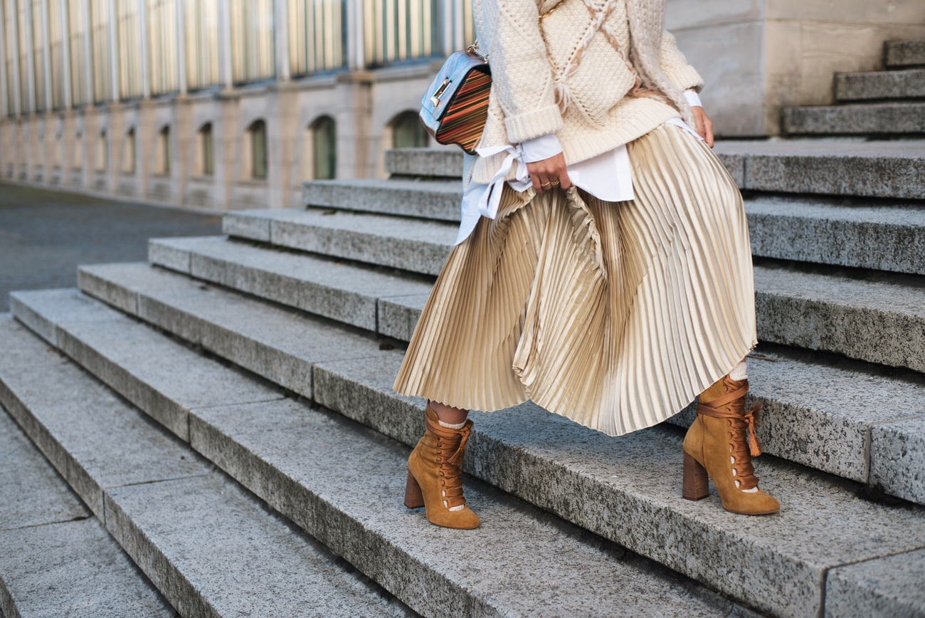 metallic-pleated-skirt-metallischer-plisseerock-in-gold-kombinieren-outfit-fashiioncarpet