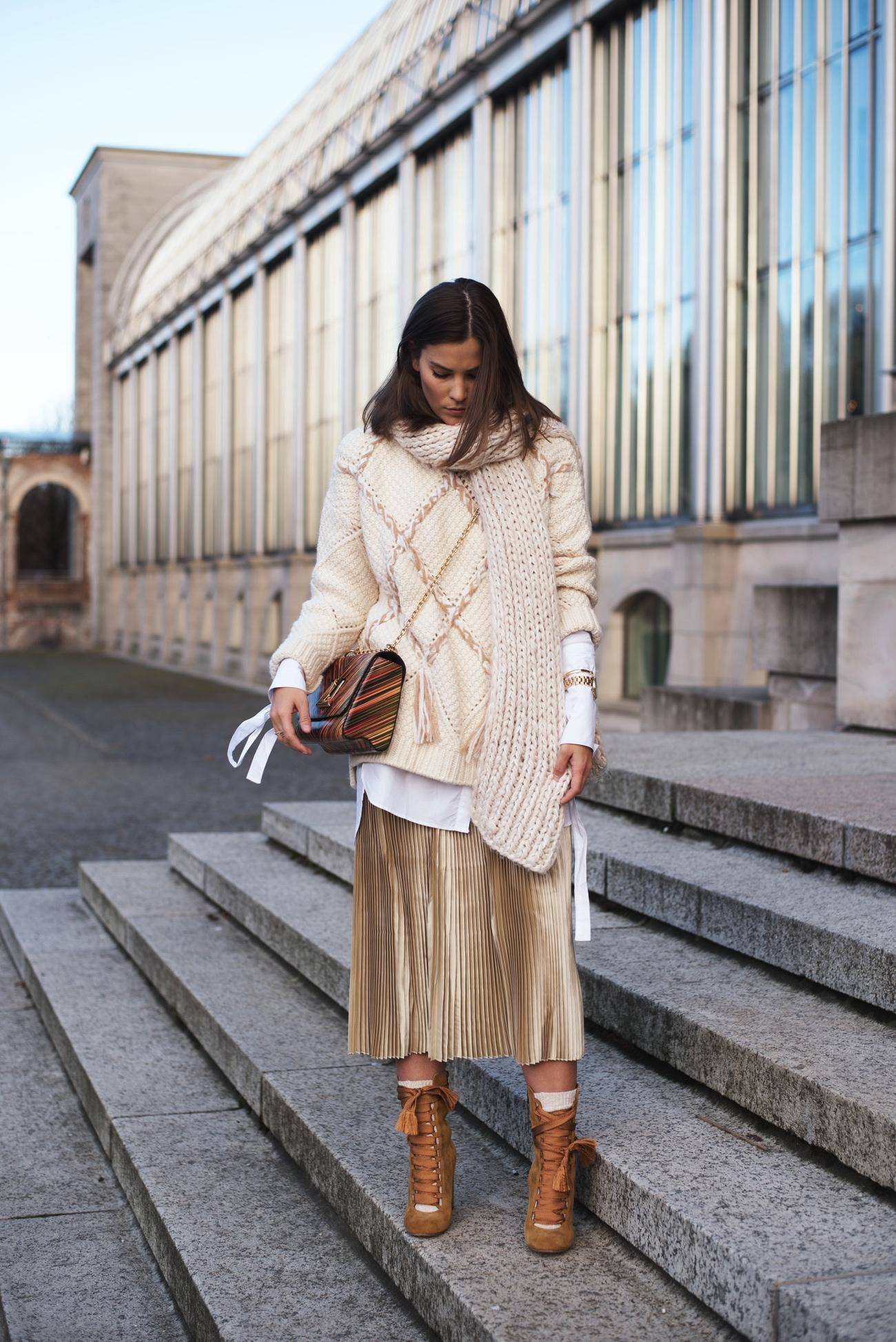 stylisches-outfit-im-winter-strickpullover-layering-mit-schal-fashiioncarpet