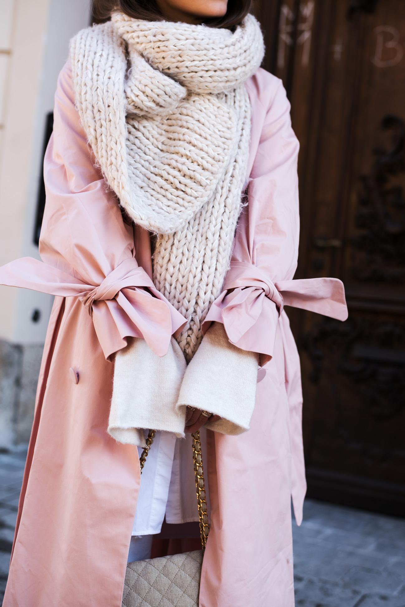 Outfit rosa trenchcoat mit trompeten rmeln for Rosa kombinieren