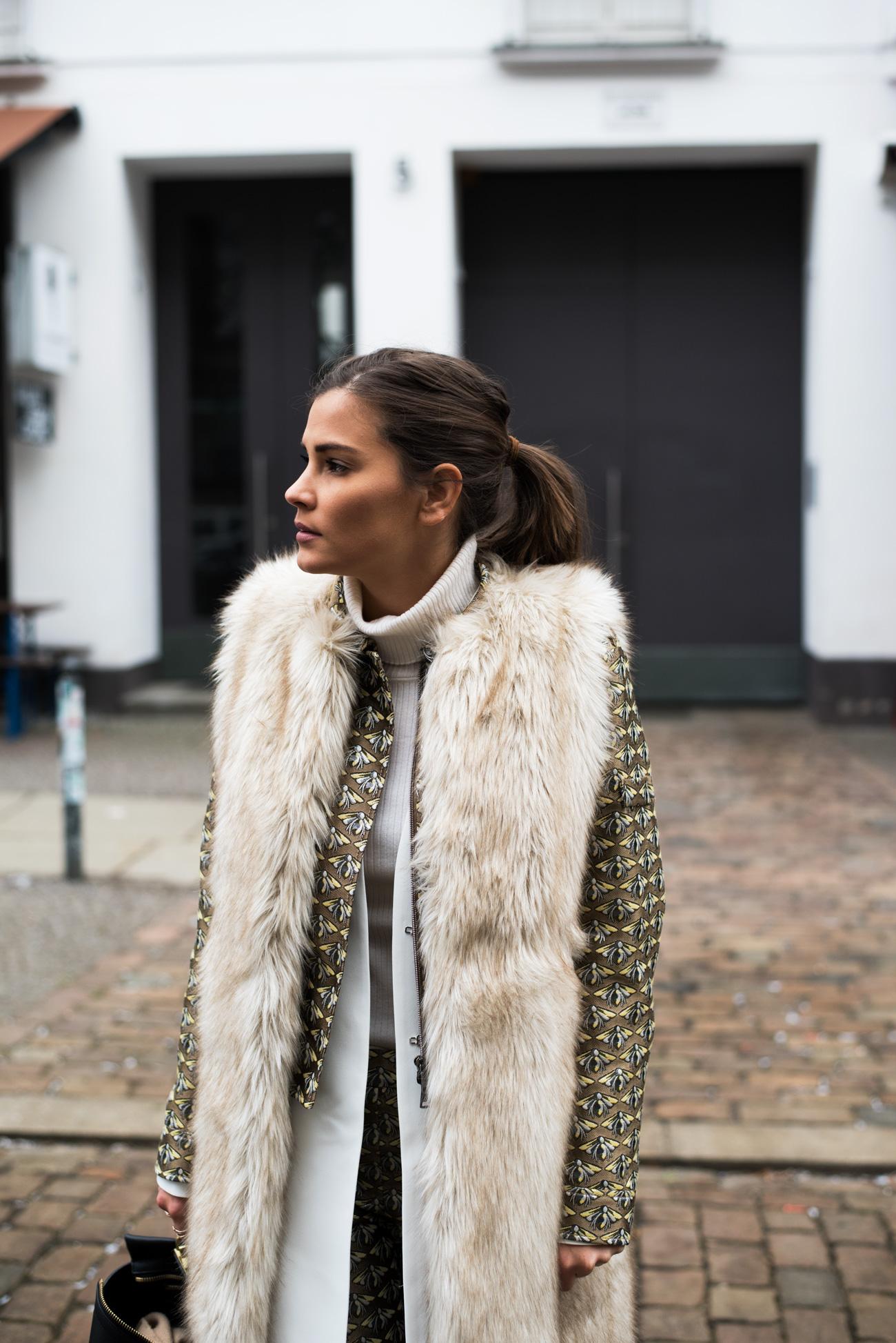 Luisa-cerano-hosen-anzug-stoff-hose-und-kurze-jacke-mit-print-blogger-streetstyle-berlin-fashion-week-januar-2017-fake-fur-weste-kunstfell-nina-fashiioncarpet