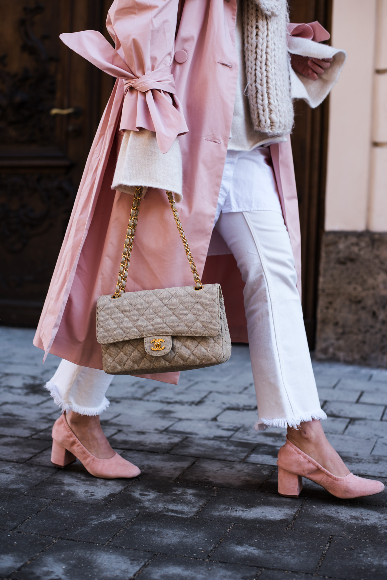 Klassiker-trenchcoat-in-pink-mode-trends-2017-weiße-jeans-kombinieren-fashiioncarpet