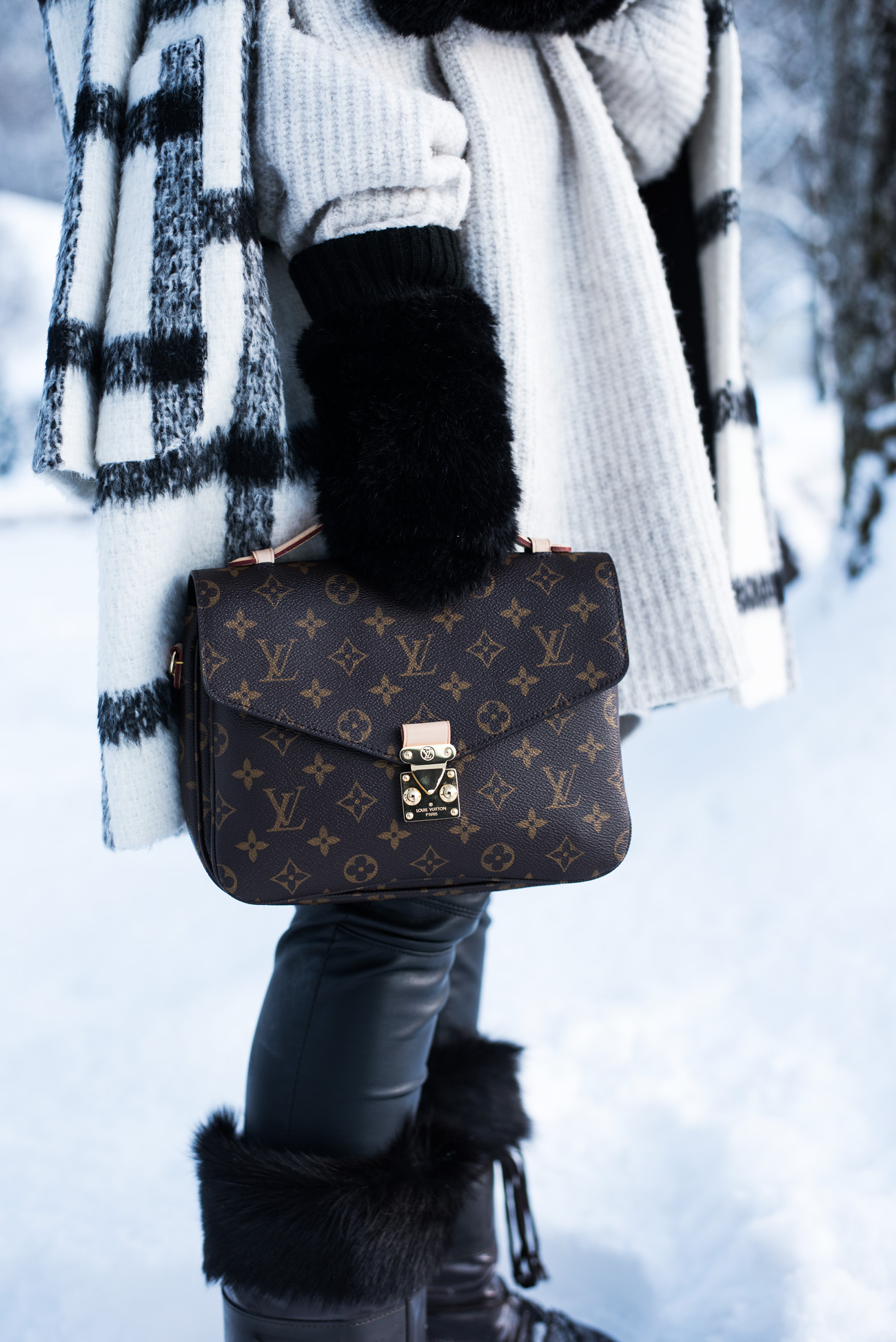 winter-layering-look-fell-handschuhe-fäustlinge-fashiioncarpet-louis-vuitton-metis-pochette