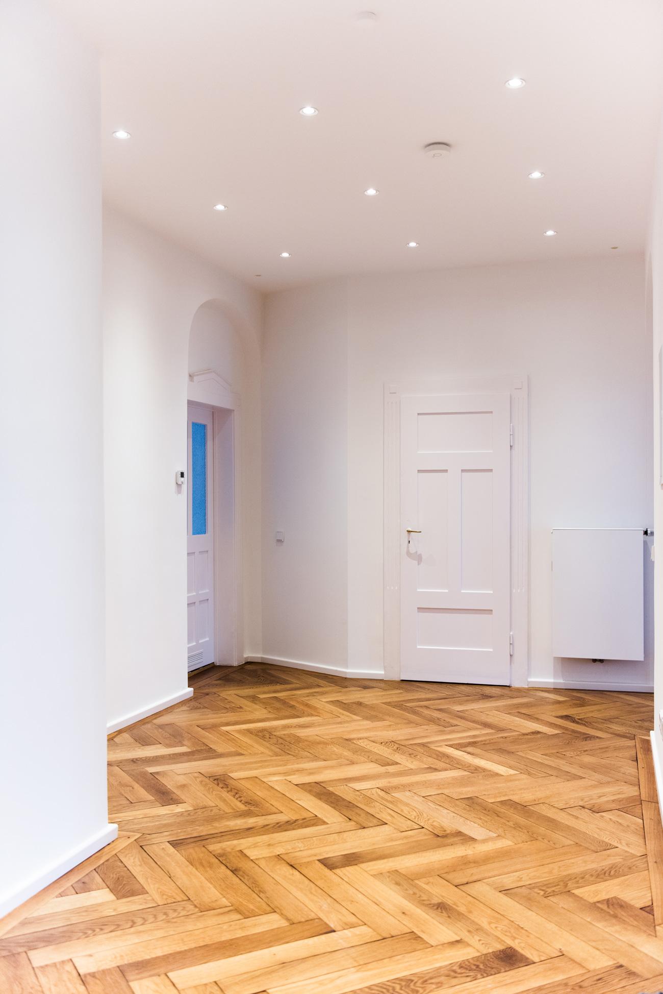 altbau-wohnung-münchen-schwabing-flügeltüren-hohe-decken-fischgrätt-parkett-fashiioncarpet