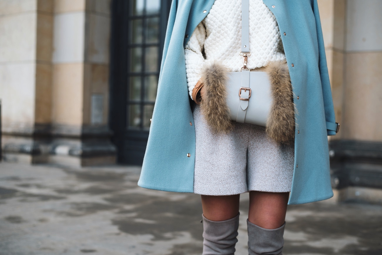 modisches-winter-outfit-mit-stiefeln-mint-farbener-wollmantel-fashiioncarpet
