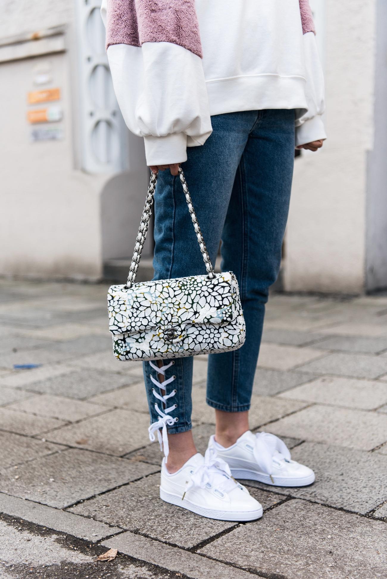 jeans-mit-schnürungen-ballerina-trend-denim-with-lace-details-streetstyle-fashiioncarpet