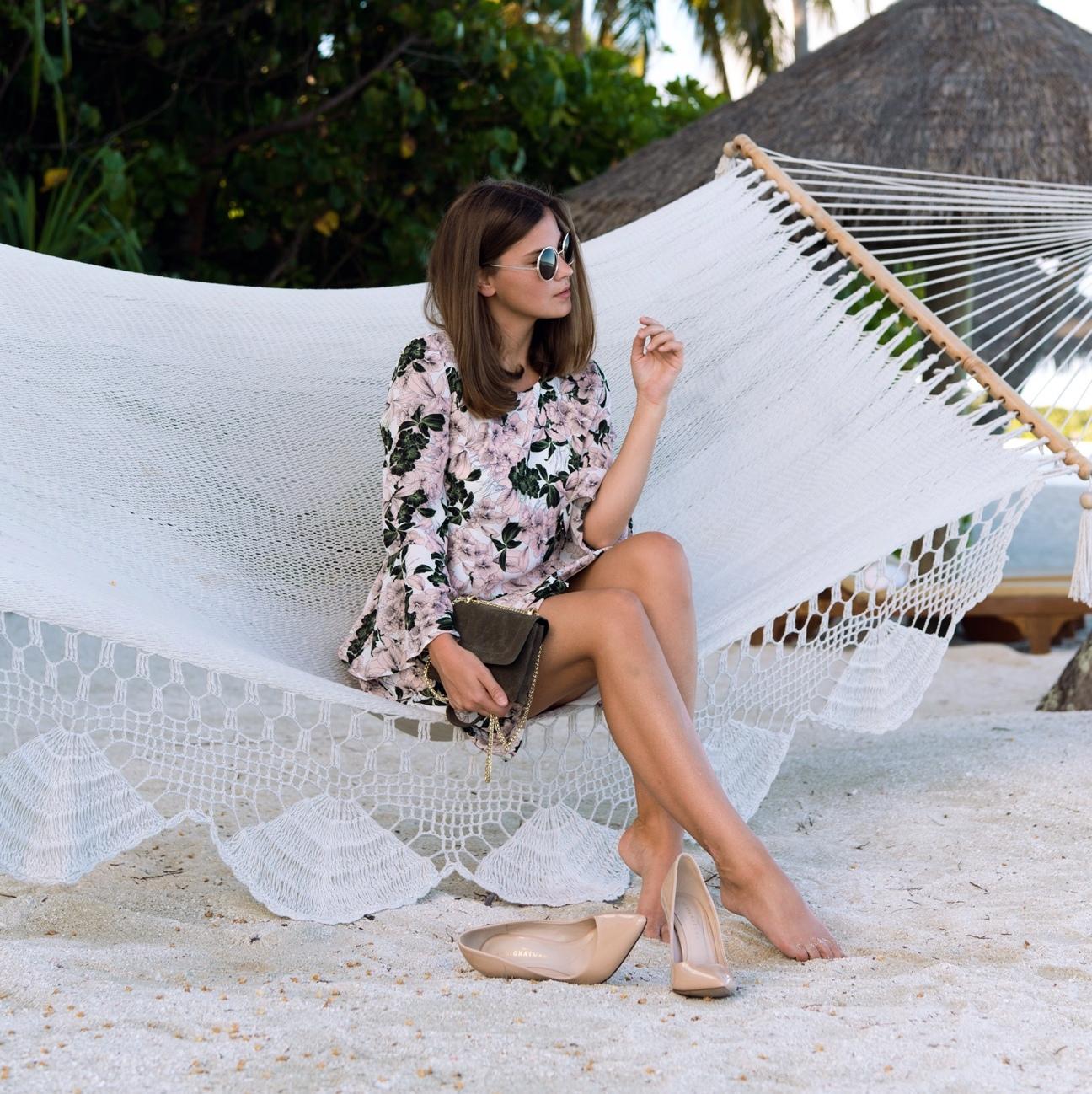 hängematte-auf-den-malediven-conrad-hilton-hotel-beach-fashiioncarpet