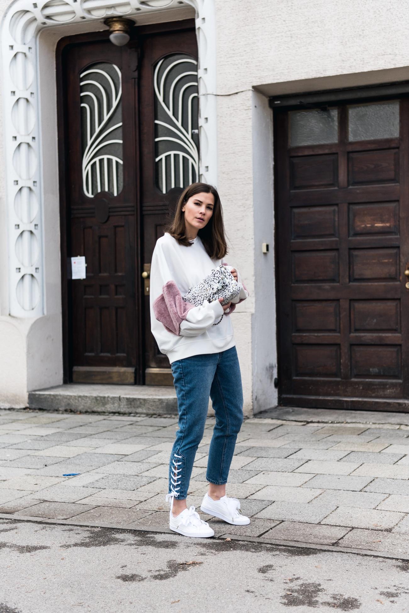 jeanshose-stylish-und-modisch-kombinieren-chanel-tweed-tasche-mit-blumenmotiv-fashiioncarpet