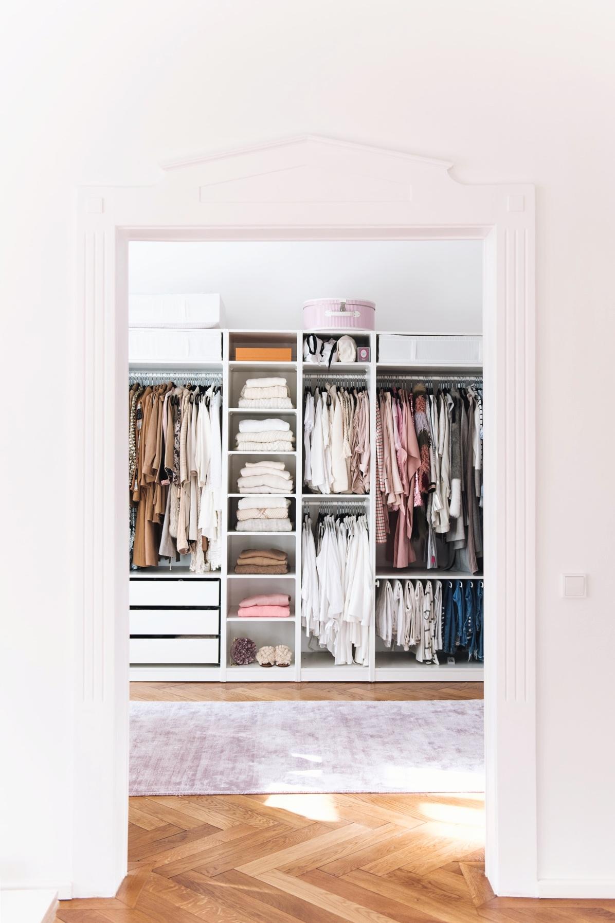 fashion-blogger-appartment-wohnung-begehbarer-offener-kleiderschrank-nina-schwichtenberg-fashiioncarpet