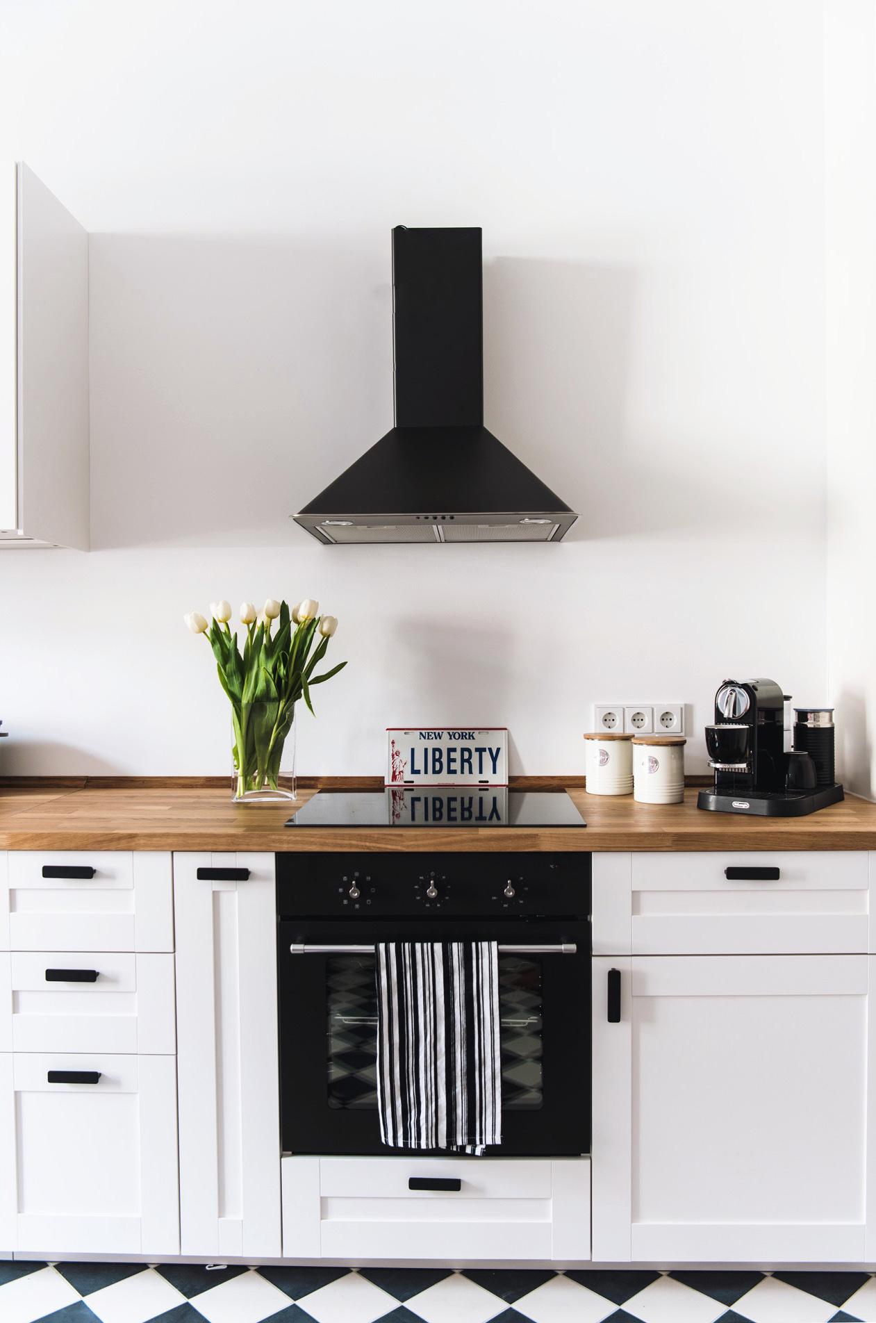 schwarz-weiße-küche-deko-schachbrettmuster-fußboden-altbau-wohnung-münchen-nina-bloggerin-fashiioncarpet