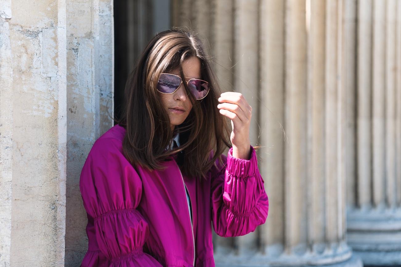sonnenbrille-mit-bunten-gläsern-blogger-influencer-trend-streetstyle-colored-sunnies-sonnenbrille-mit-lila-gläsern-fashiioncarpet
