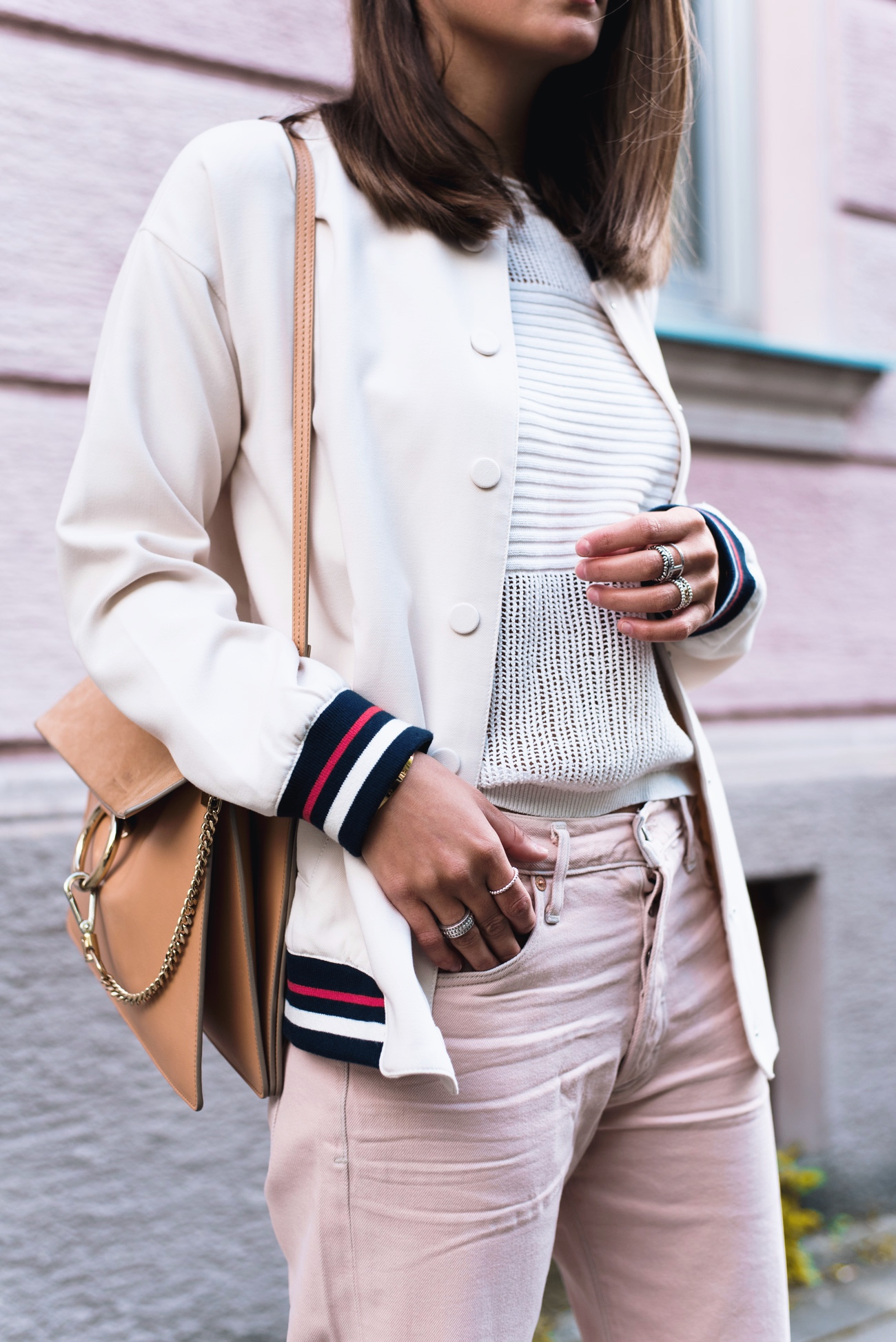 Outfit-pastell-farben-rosa-jeans-adiletten-fell-bomberjacke-nina-blogger-street-style-fashiioncarpet