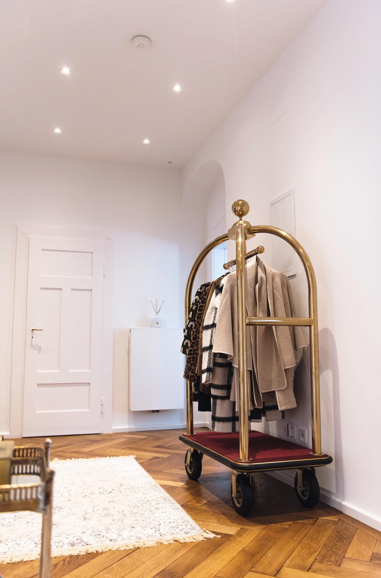Hotelgepäckwagen-von-Contacto-hotelwagen-für-gepäck-gold-für-die-wohnung-garderobe-inspiration-blogger-living-flat-fashiioncarpet