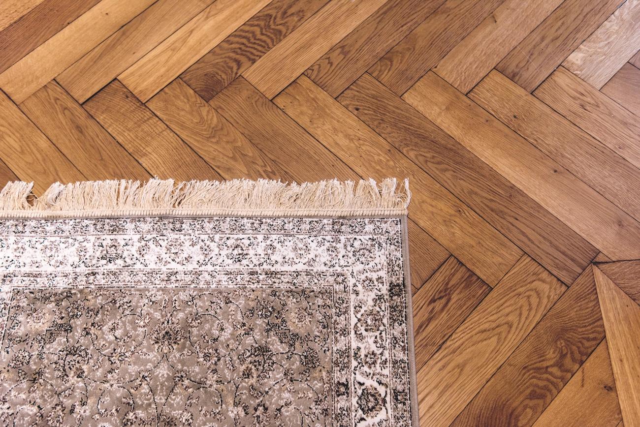 altbau-wohnung-in-münchen-schwabing-finden-tipps-und-tricks-fischgrätparkett-wohnung-nina-fashiioncarpet