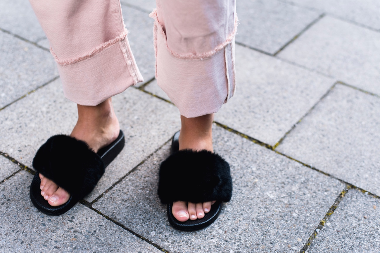 sandalen-mit-Fellbesatz-adiletten-fake-fur-slipper-fell-fashiioncarpet-blogger-streetstyle