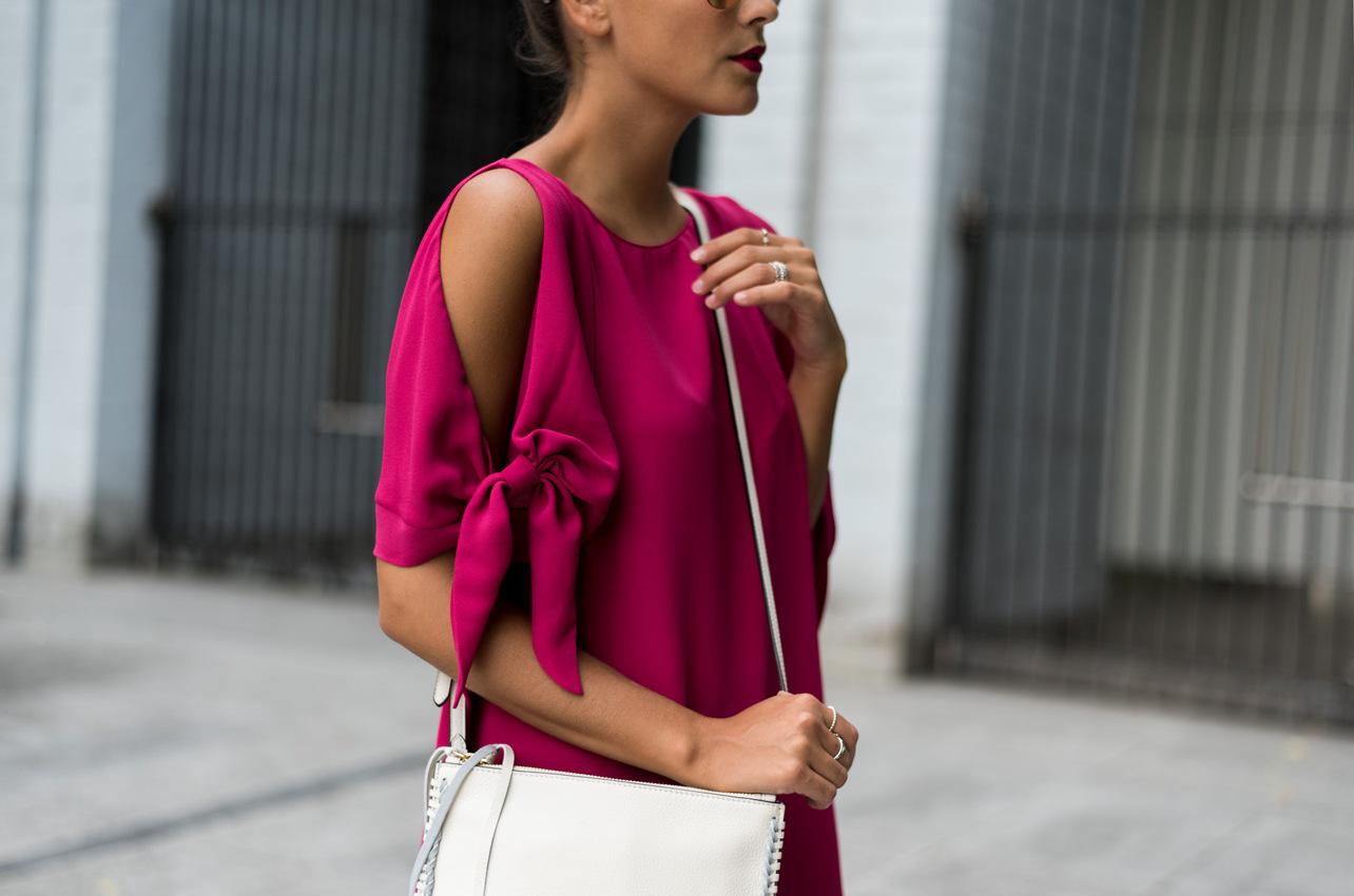 sommerliches-cocktail-kleid-pink-schulterfrei-schleifen-details-fashiioncarpet