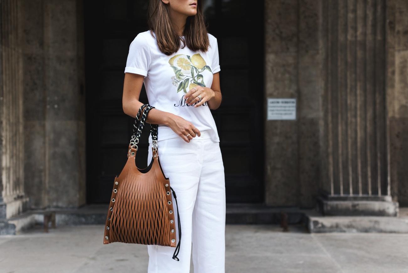 weißes-sommerliches-outfit-t-shirt-und-culotte-mit-stiefeletten-im-sommer-fashiioncarpet
