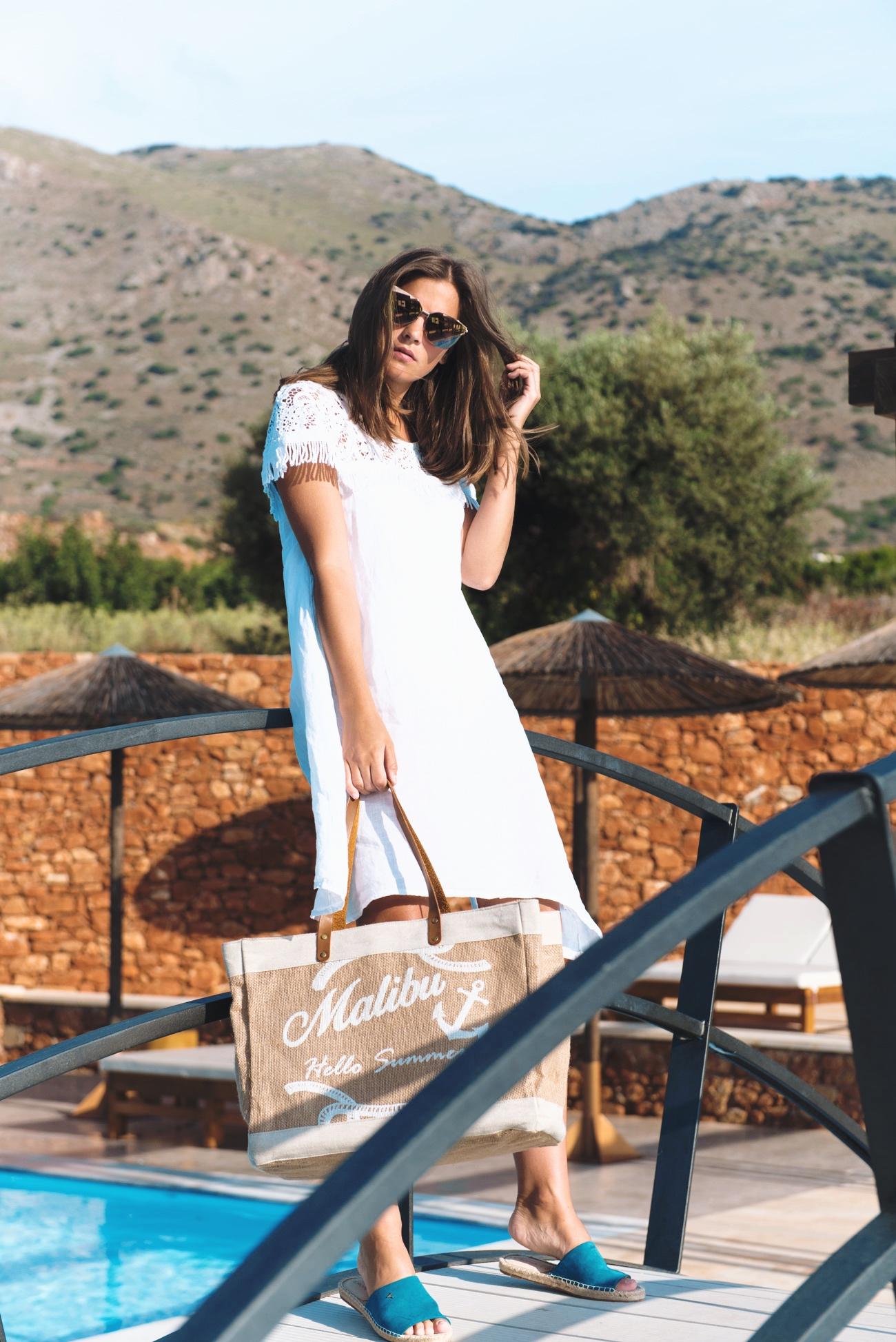 weißes-sommerkleid-aus-leinen-sommermode-2017-verspiegelte-sonnenbrille-trend-fashiioncarpet