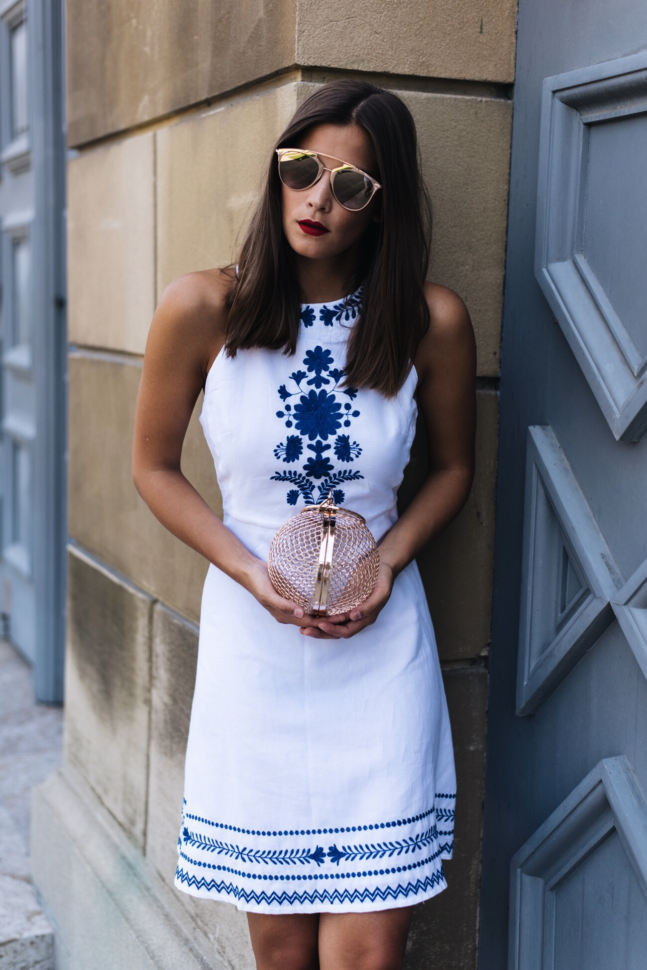 weißes-sommer-kleid-strand-outfit-strandkleid-mit-stickereien-fashiioncarpet.jpg