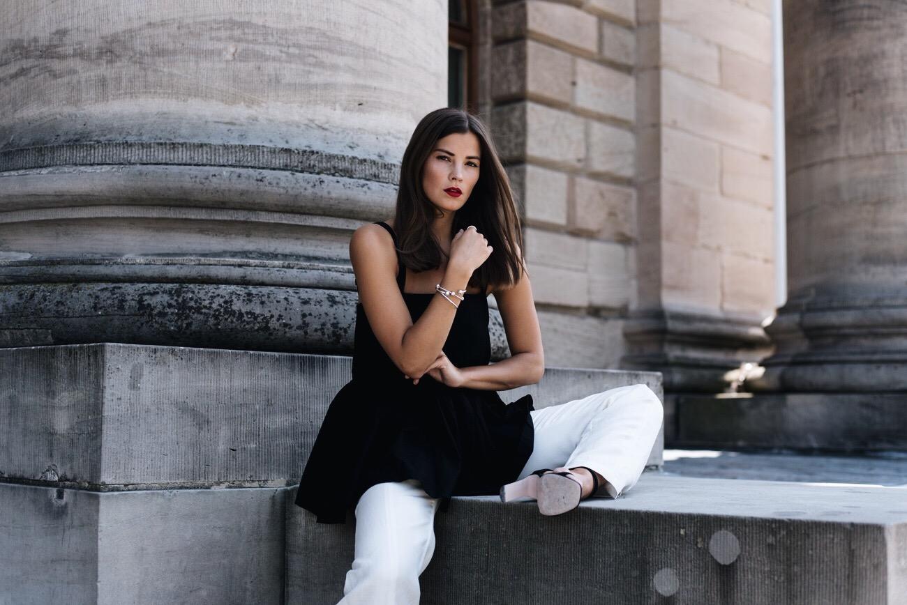 schwarz-weißes-outfit-im-sommer-weiße-stoffhose-kombinieren-blogger-outfit-fashiioncarpet.jpg