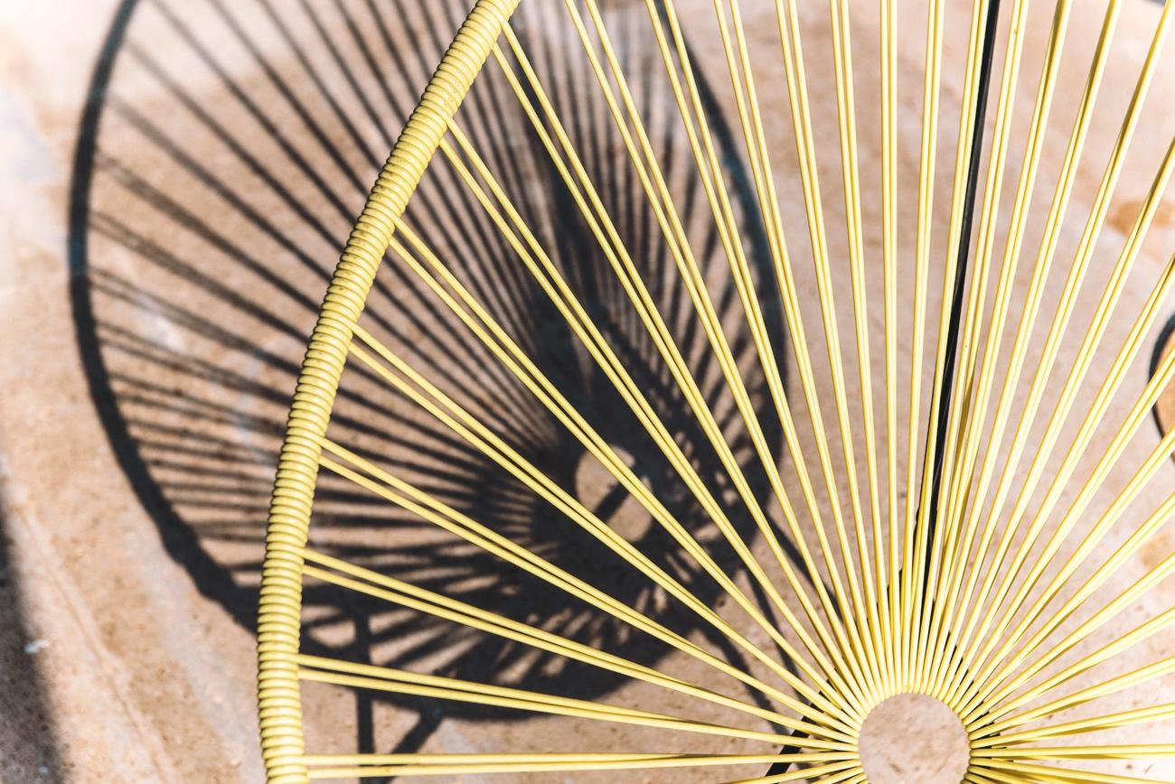 möbel-am-pool-liegestuhl-gelb-sommer-bild-schatten-fashiioncarpet
