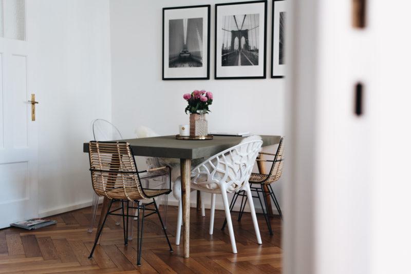Interior: Essecke modern gestalten mit Betontisch & Stuhl Mix