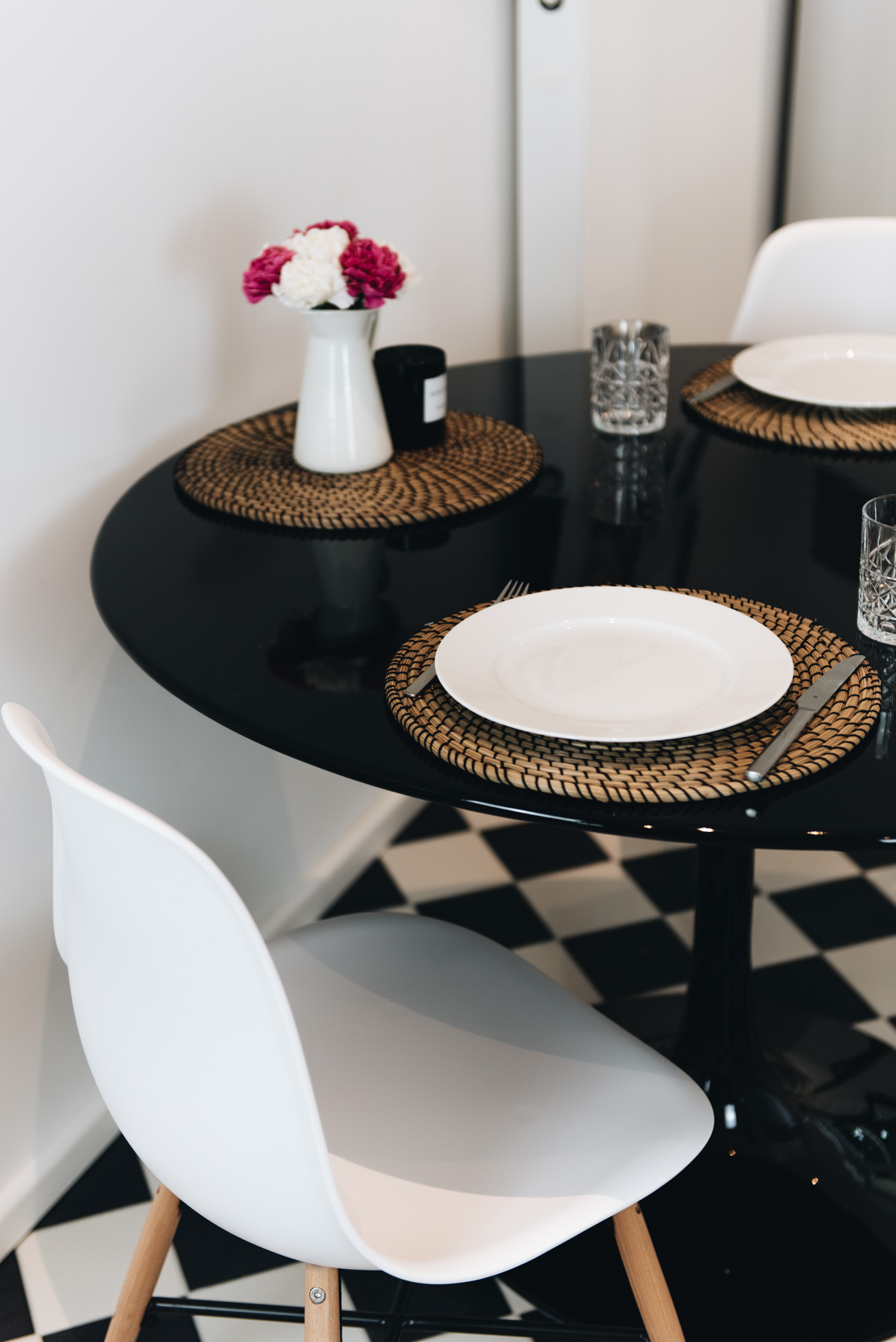 runder-hochglanz-küchentisch-schwarz-glänzend-küchen-einrichtung-fashiioncarpet-nina-schwichtenberg