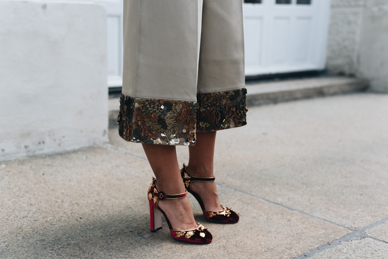 culotte-mit-pailletten-saum-escada-dolce-und-gabbana-samt-high-heels-mit-goldenen-applikationen