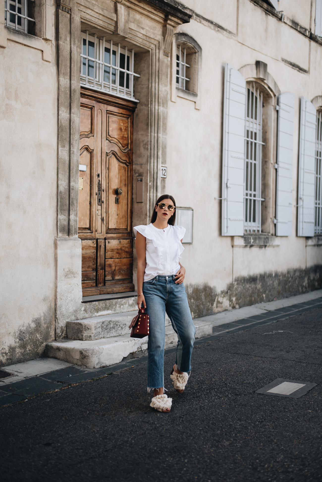 Cropped-jeans-mit-fransen-blaue-jeans-modisch-kombinieren-fashiioncarpet-nina-schwichtenberg