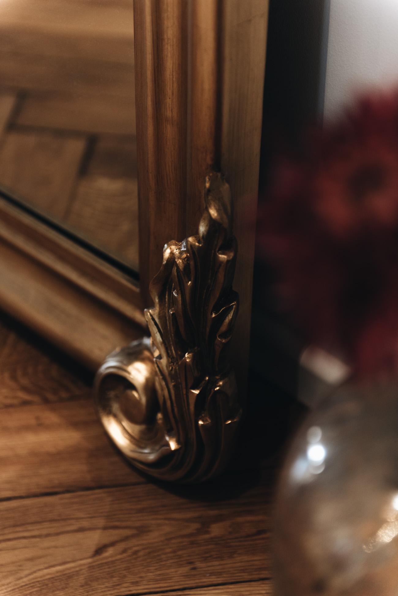 goldener-barock-spiegel-XXL-antik-flur-einrichtung-interior-inspiration-altbau-wohnung-münchen-schwabing-nina-schwichtenberg-fashiioncarpet