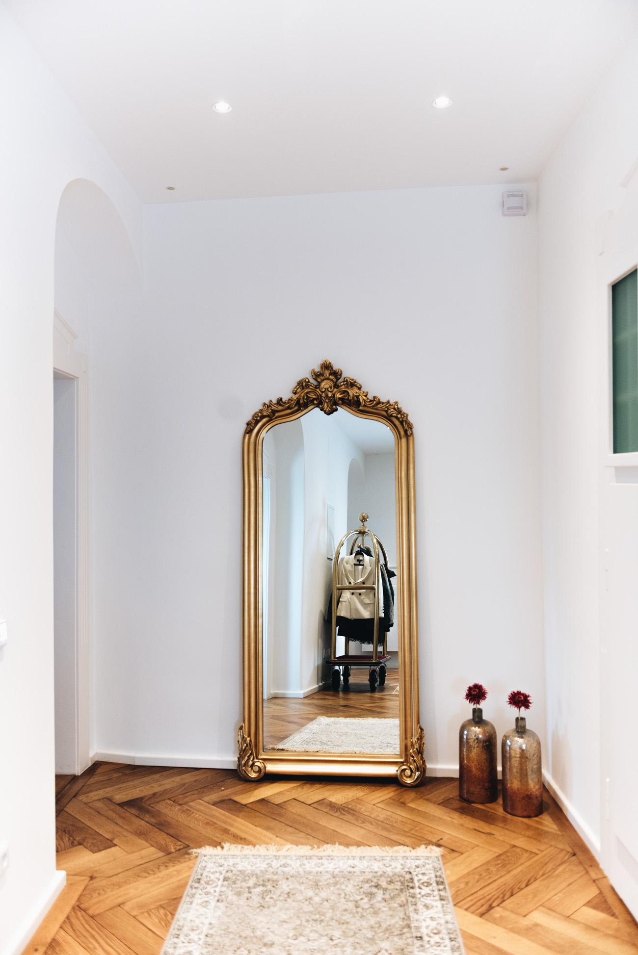 Großer-goldener-spiegel-antik-flur-einrichtung-altbau-wohnung-münchen-fashiioncarpet-nina-schwichtenberg