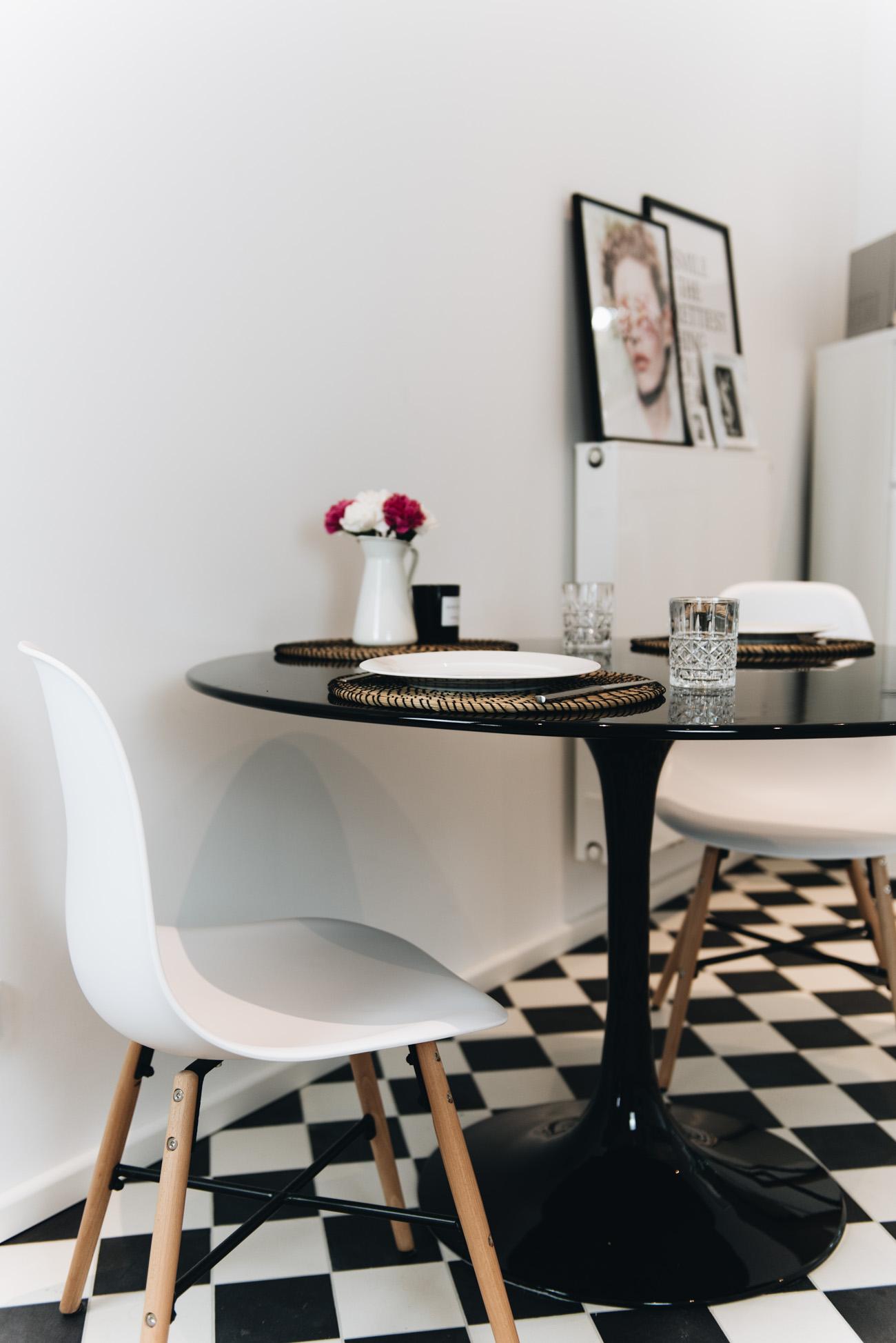 Tisch-sets-holz-runder-küchen-tisch-hochglanz-schwarz-nina-schwichtenberg-fashiioncarpet