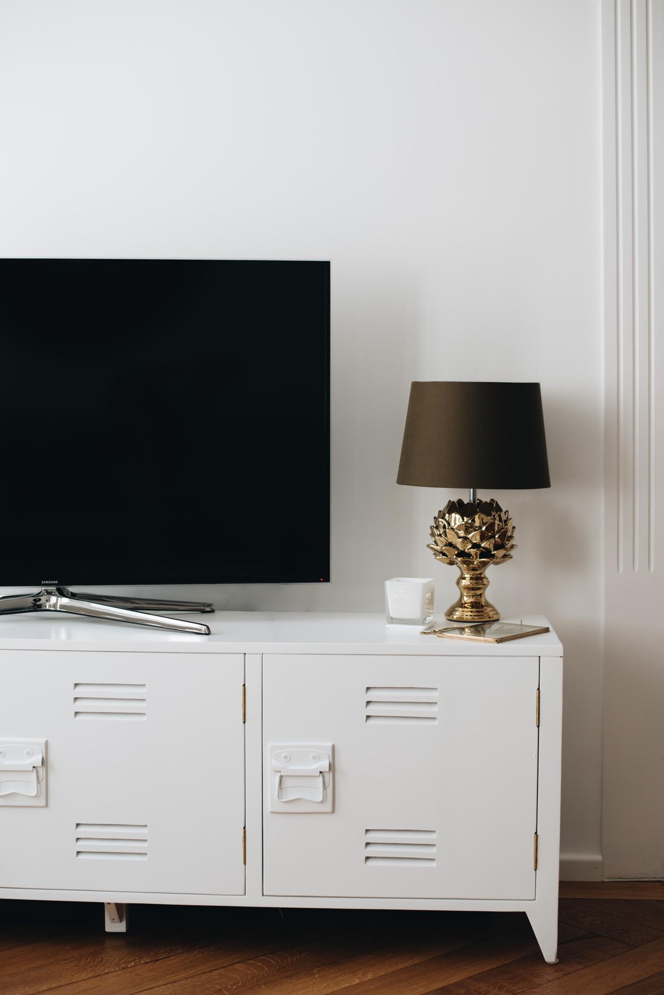 wohnzimmer-einrichten-trend-samt-mormortisch-weiß-schwarz-nina-schwichtenberg-fashiioncarpet