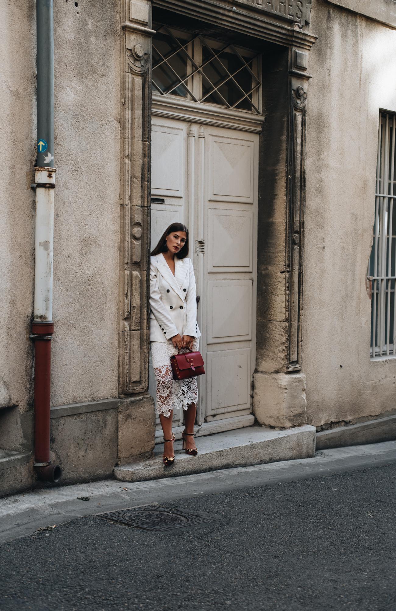 weißer-spitzenrock-H&M-lace-dress-white-dolce-und-gabbana-samt-schuhe-mit-goldenen-applikationen-fashiioncarpet-nina-schwichtenberg