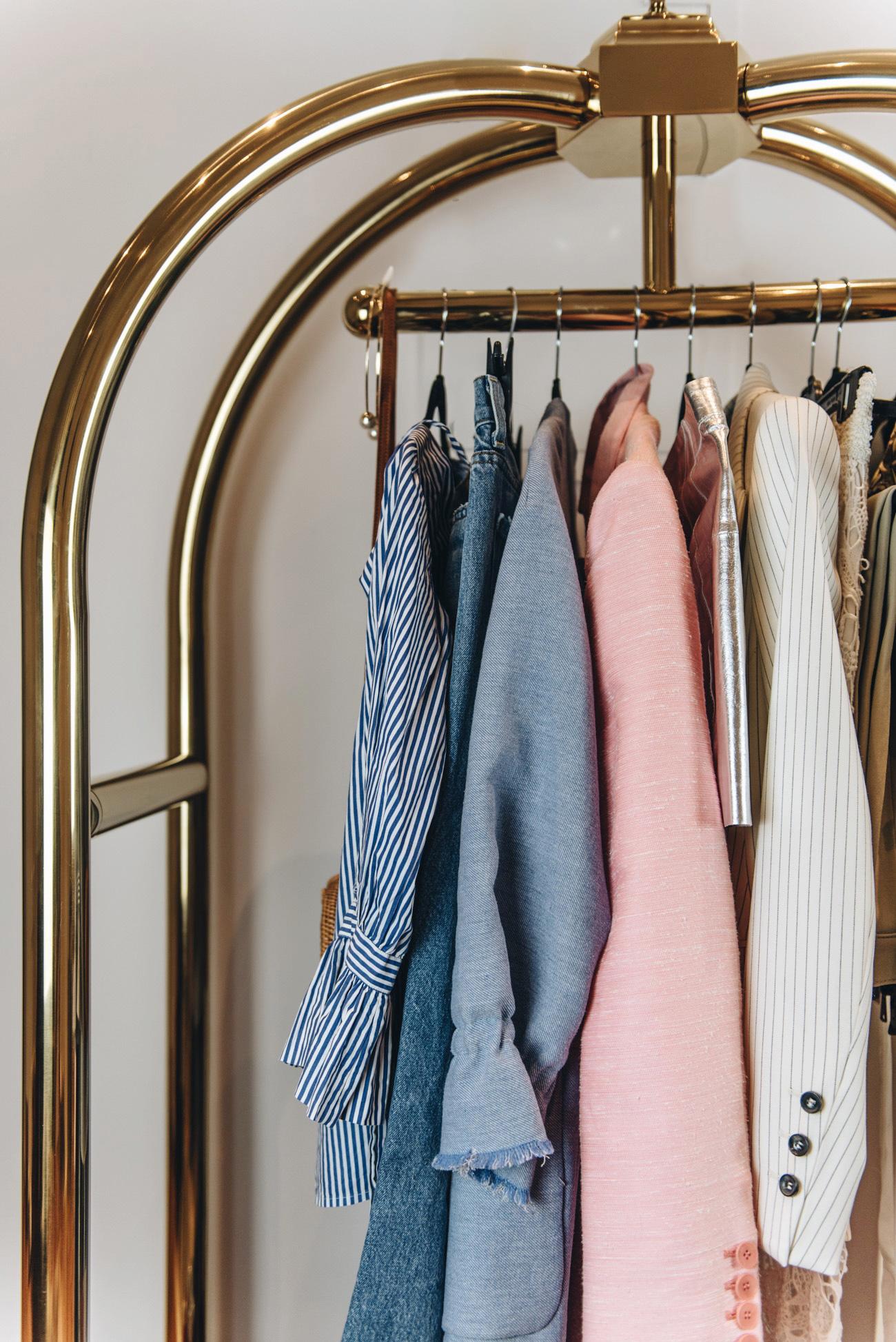 Hotel-Gepäckwagen-als-kleiderständer-garderobe-einrichtungs-ideen-fashiioncarpet