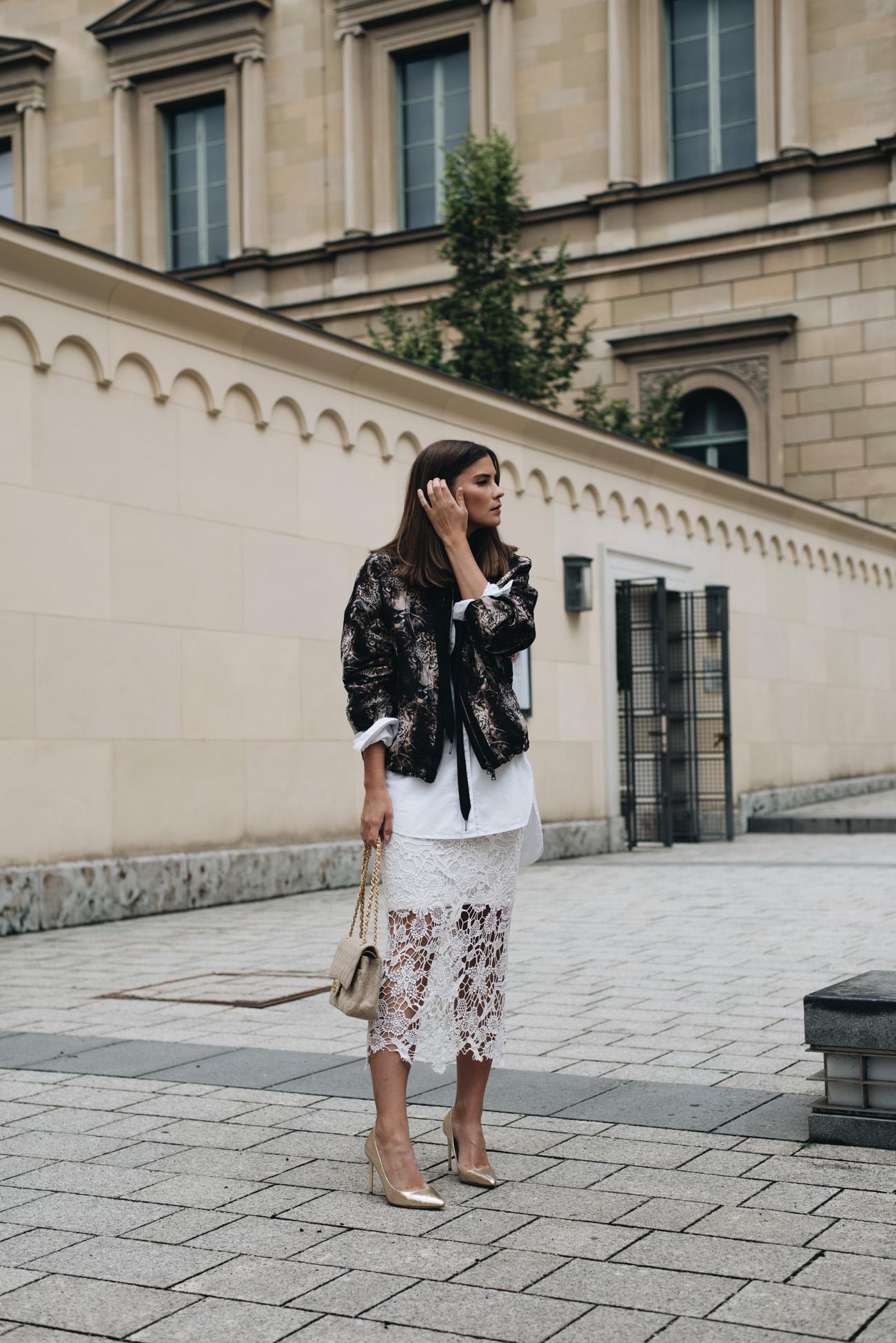 weiße-bluse-mit-bomberjacke-und-spitzenrock-edel-und-modisch-kombinieren-nina-schwichtenberg-fashiioncarpet