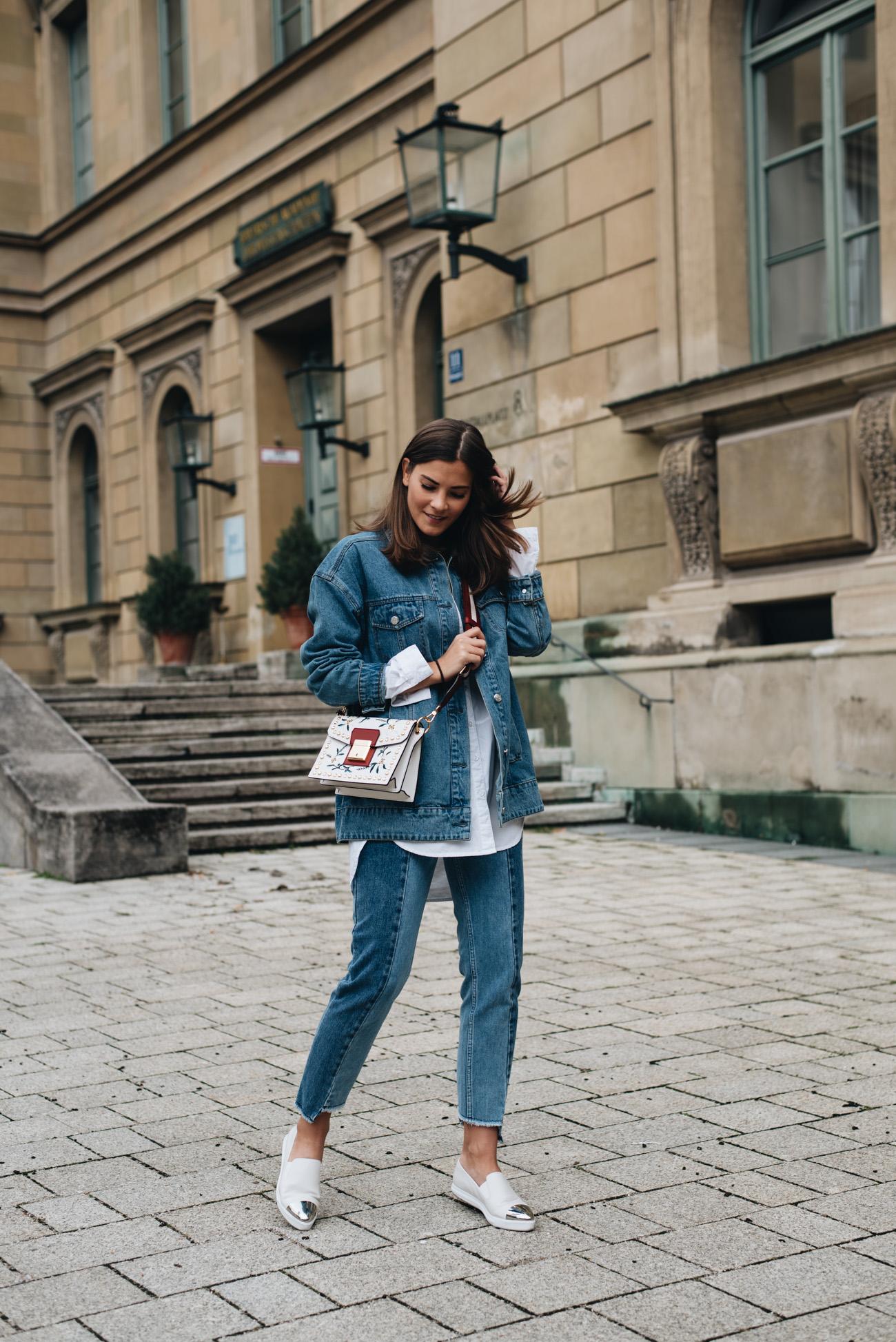 zweifarbige-jeanshose-mit-fransen-slip-ons-mit-silberner-metallkappe-bally-grimoire-small-handtasche-oversize-jeansjacke-nina-schwichtenberg-fashiioncarpet