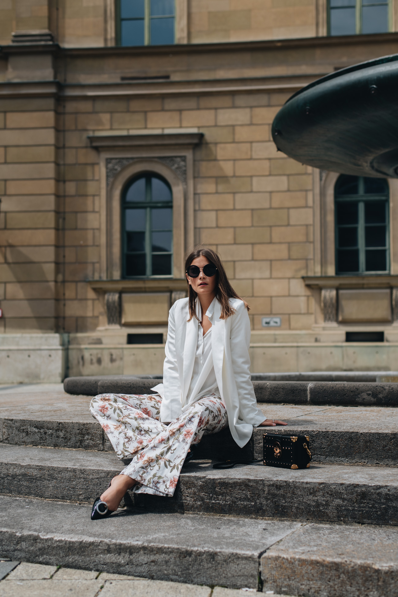 Weißer-Blazer-für-damen-kombinienren-im-sommer-stoffhos-mit-blumenmuster-nina-schwichtenberg-fashiioncarpet