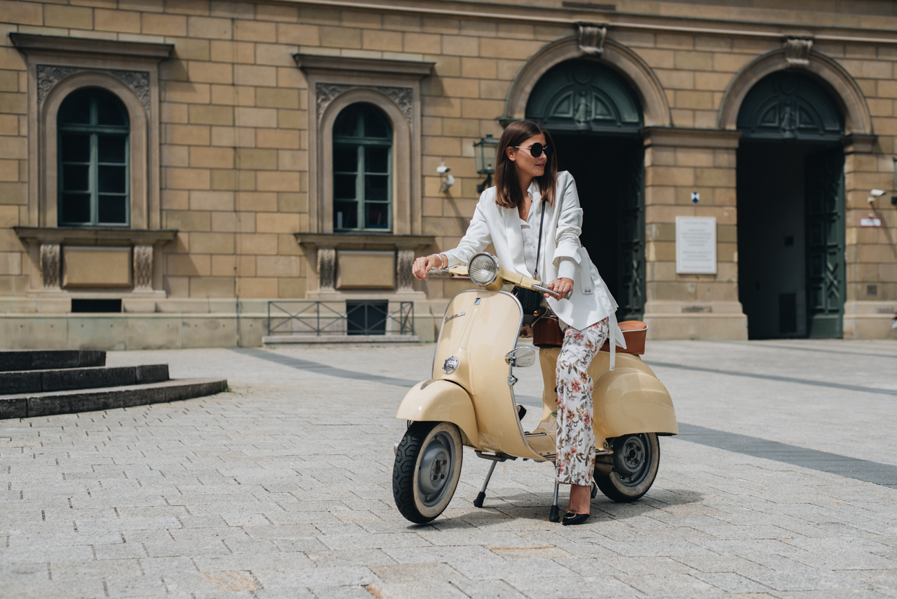 Foto-shooting-mit-alter-vespa-beige-50l-oldtimer-roller-fashion-fotoshooting-nina-schwichtenberg-fashiioncarpet