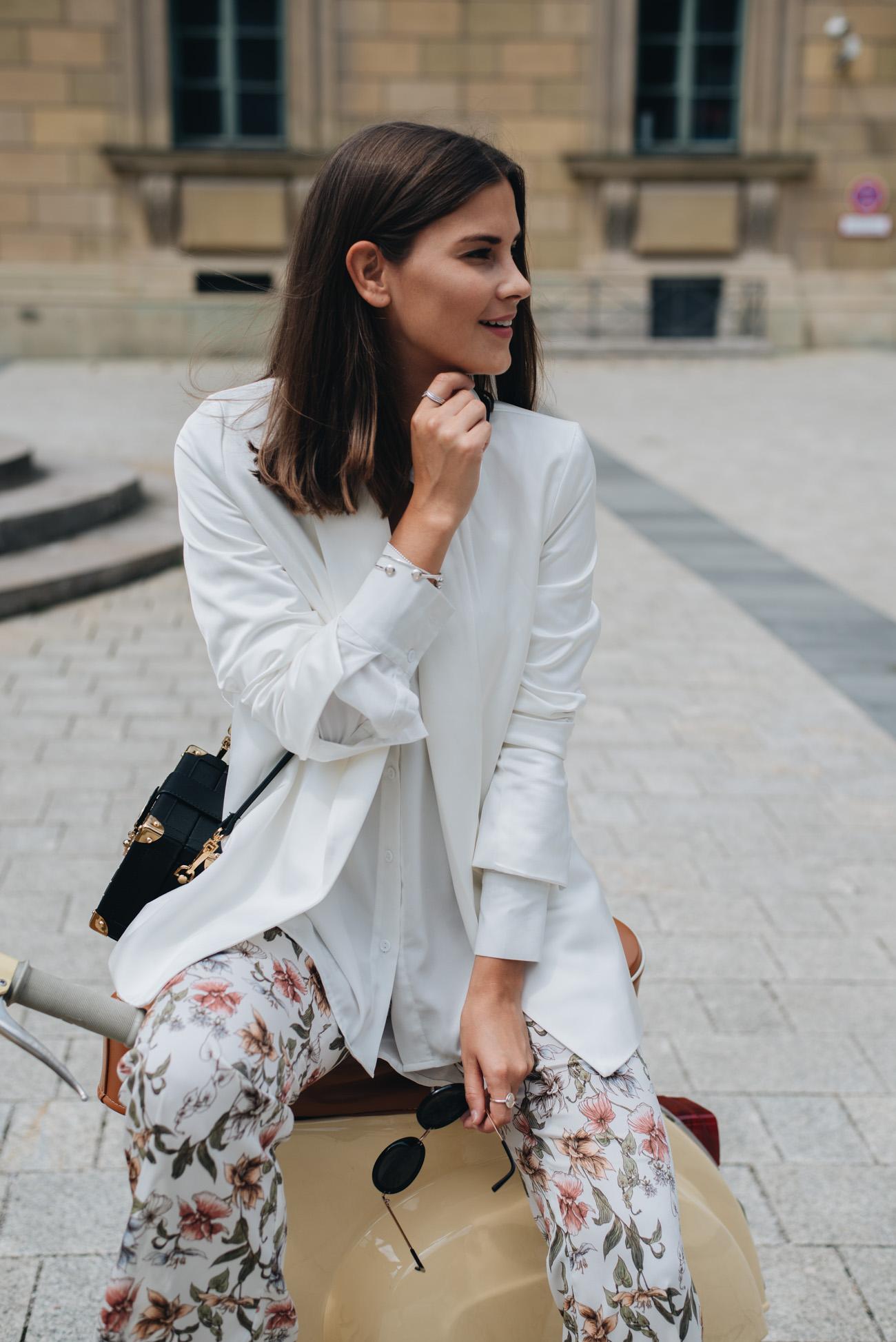 styling-tipps-für-das-tragen-einem-weißen-blazer-in-der-freizeit-fashiioncarpet-nina-schwichtenberg