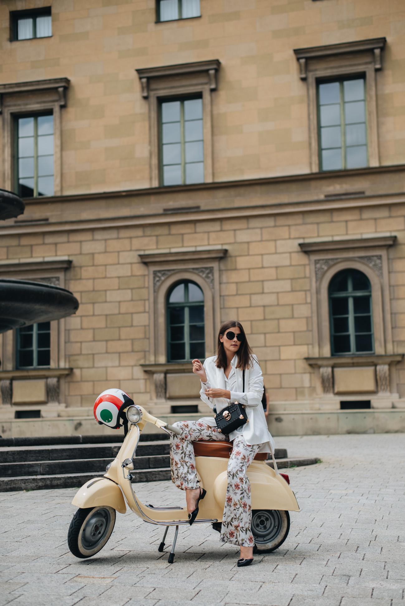 Fashion-foto-shooting-mit-alter-vespa-retro-roller-50l-beige-nina-schwichtenberg-fashiioncarpet