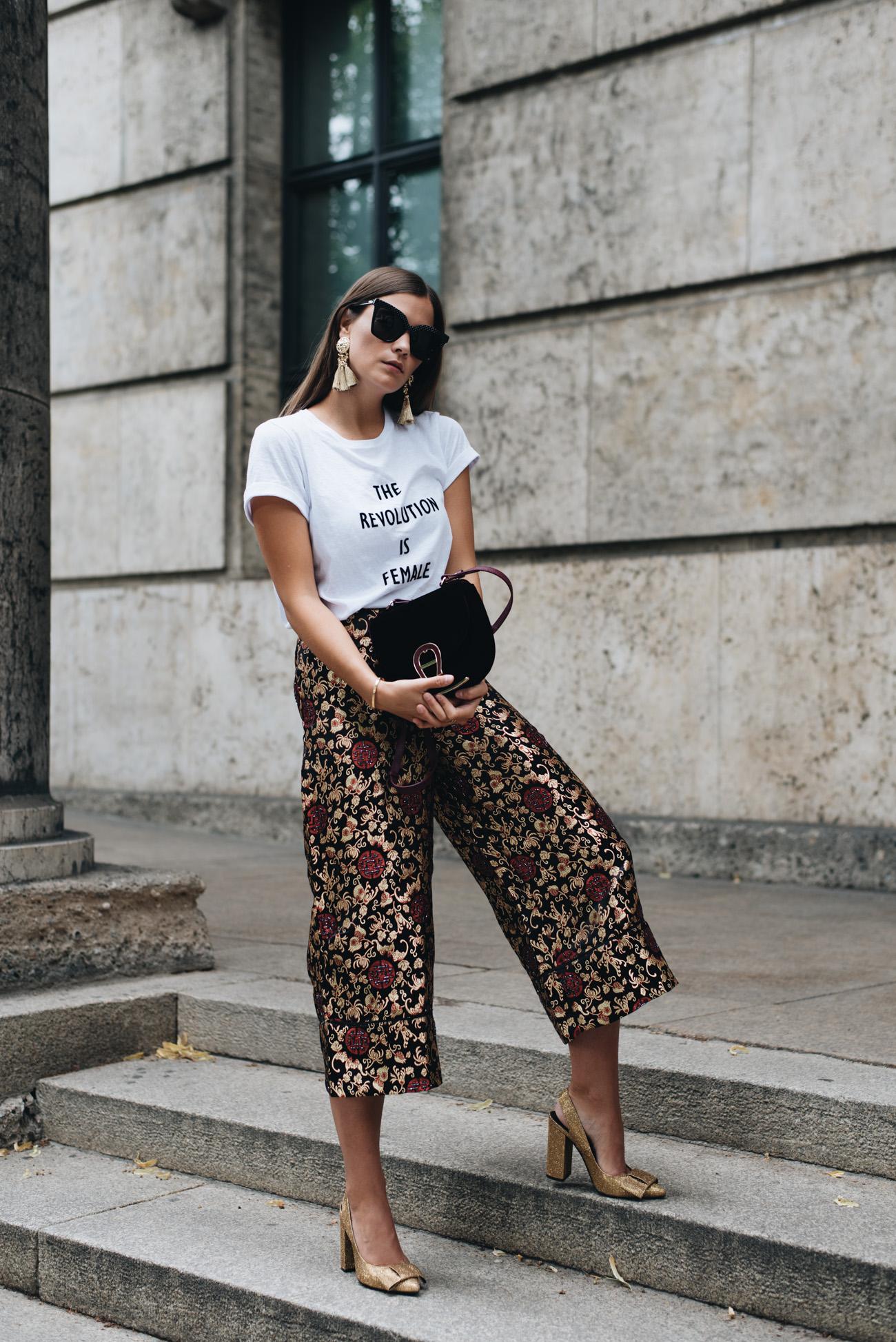 Gemusterte-Culotte-mit-asiatischem-muster-statement-shirt-glitzer-pumps-in-gold-nina-schwichtenberg-fashiioncarpet