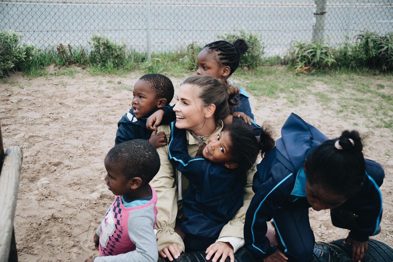 Help-alliance-lufthansa-charity-projekt-schulbau-projekt-capricorn-township-kapstadt-schule-für-kinder-ab-6-jahren-nina-schwichtenberg-fashiioncarpet