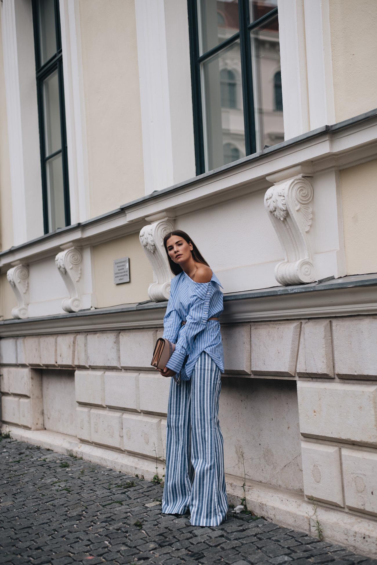streifen-look-streetstyle-komplettlook-blogger-gestreifte-palazzo-hose-michael-kors-schulterfreie-bluse-nina-schwichtenberg-fashiioncarpet