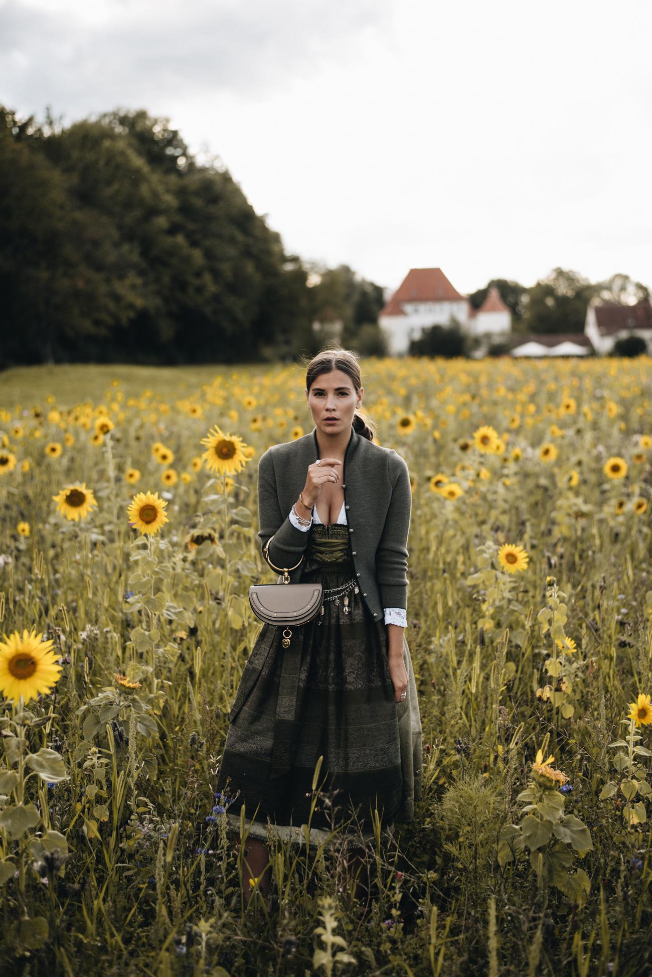 nina-schwichtenberg-fashiioncarpet-dirndl-2017-grün-khaki-spitzenbluse-chloé-nile-bag-sonnenblumen-feld-münchen