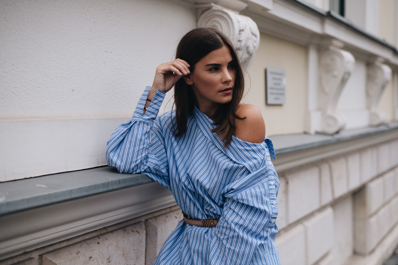one-shoulder-striped-blouse-blue-white-basic-piece-fashiioncarpet-nina-schwichtenberg