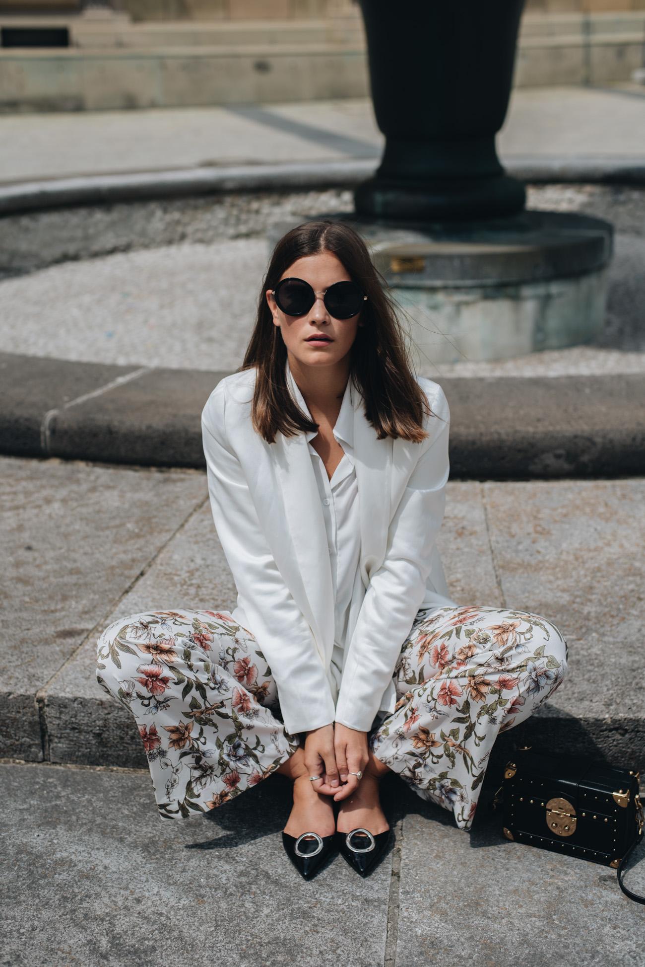 nina-schwichtenberg-mode-bloggerin-sommer-outfit-blazer-und-blumen-hose-nina-schwichtenberg-fashiioncarpet