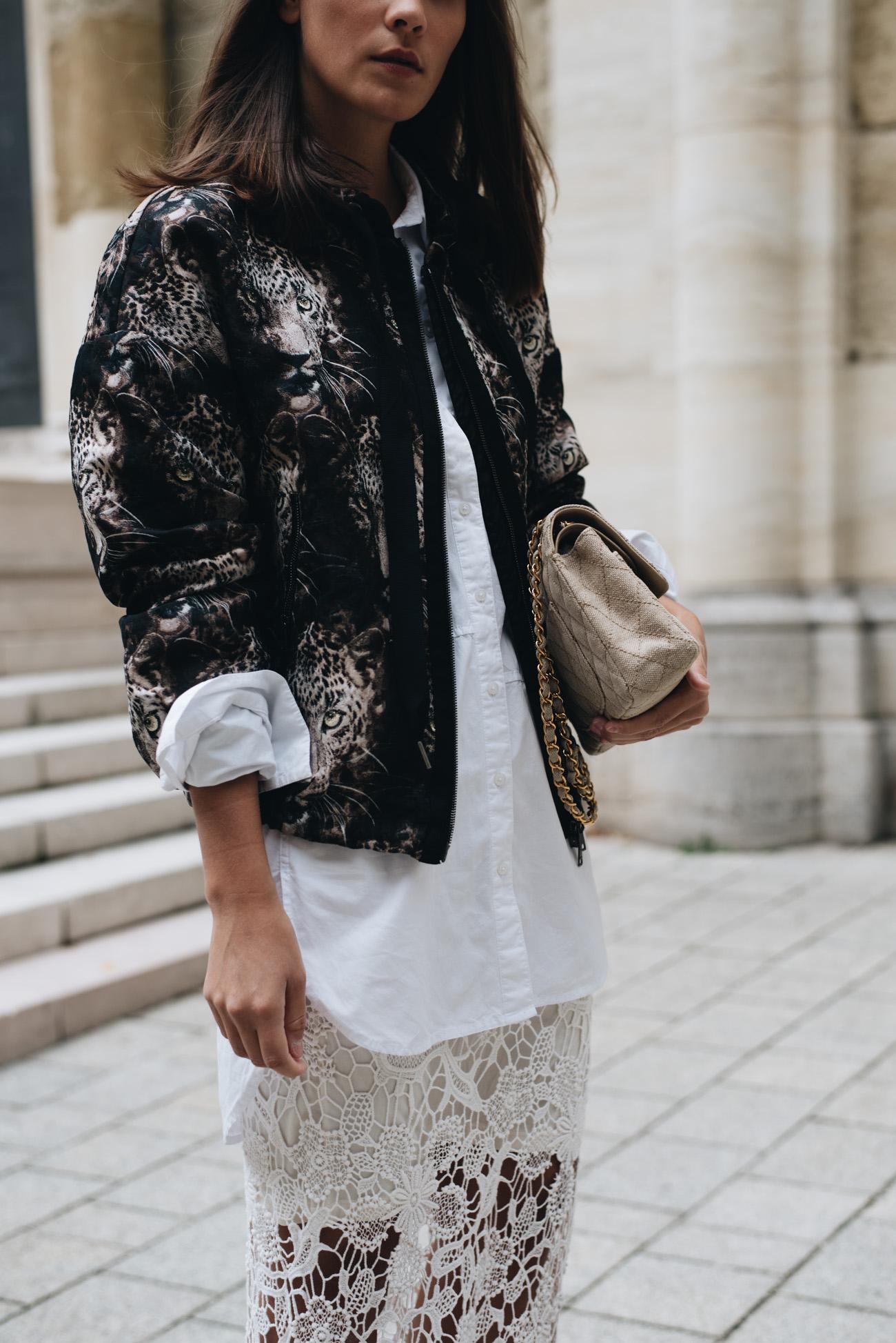 weisse-basic-bluse-tragen-leoparden-bomberjacke-chanel-timeless-canvas-nina-schwichtenberg-fashiioncarpet